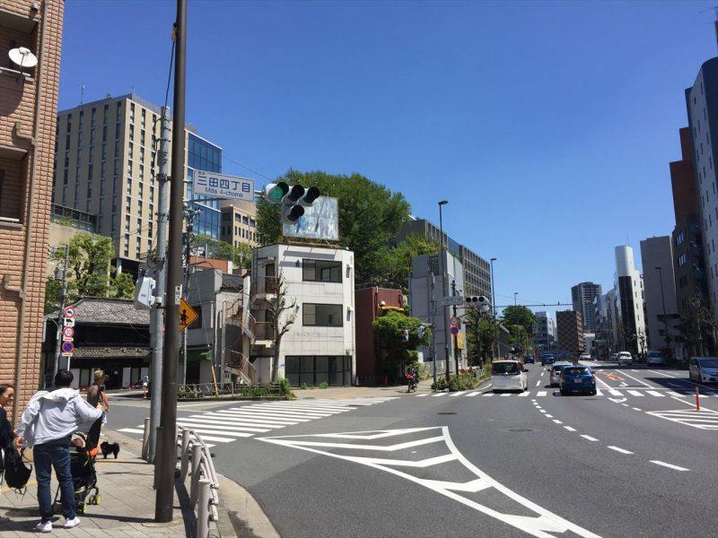 「三田四丁目」の案内がある二車線道路の交差点