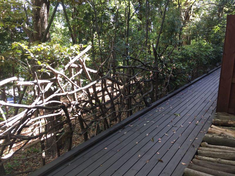 板張り、枯れ木のフェンス、丸太で作られたお手製の小道