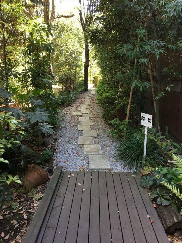 ガーデンへと続く砂利と木製の橋の小道