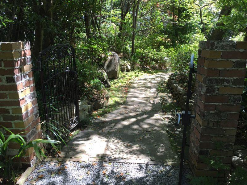 レンガの門があるガーデンの入り口