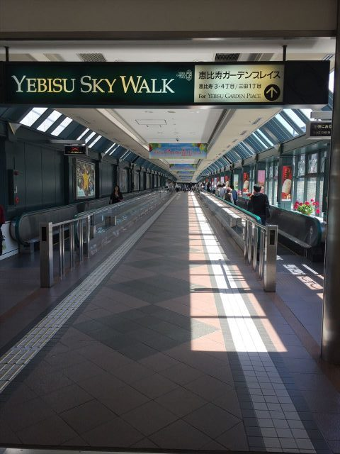 恵比寿ガーデンプレイスに向かう恵比寿駅から伸びている恵比寿スカイウォークの案内と全景