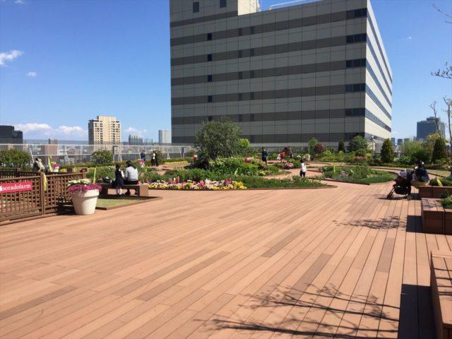 ビルの屋上に広がる庭園