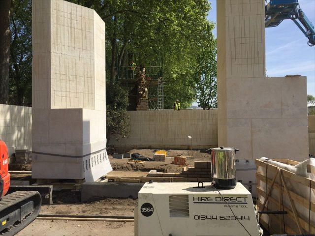 白い石が建てられてエジプトっぽい装飾