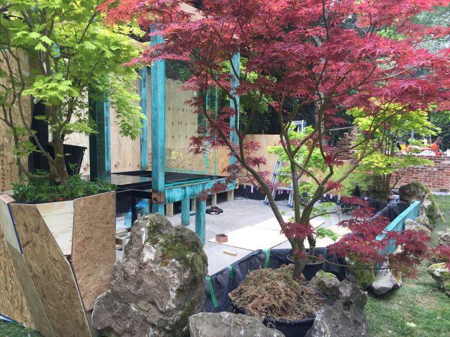 石や紅葉の置かれた製作途中の庭