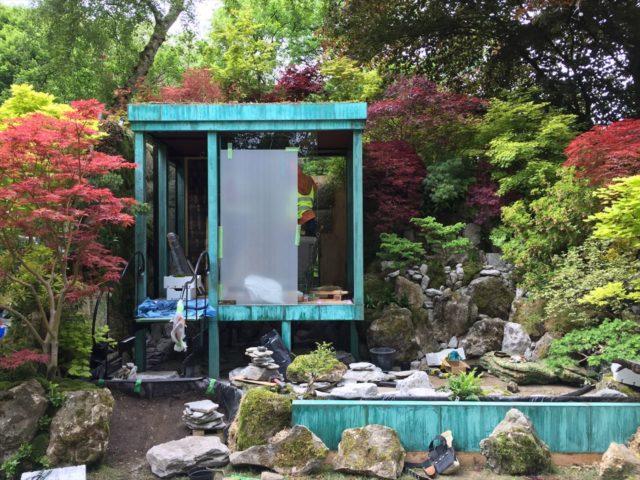 緑青の建屋と紅葉と敷石の庭