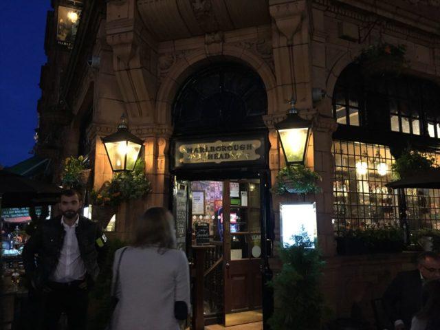 夜のイギリスのパブの入り口風景とネオン