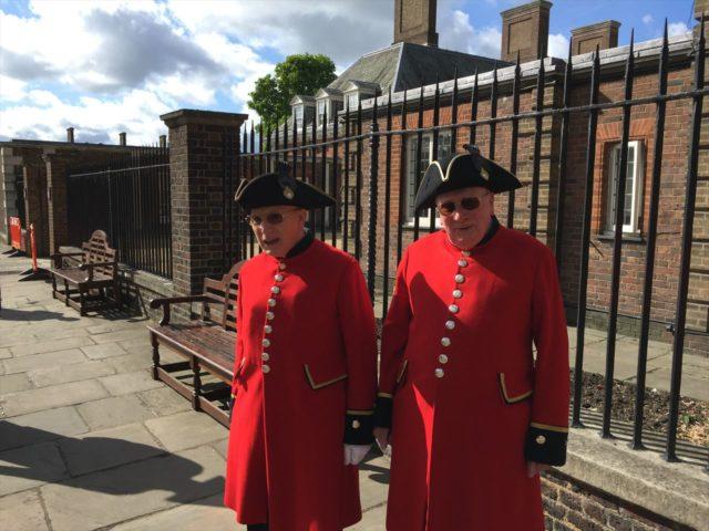 赤い騎兵隊の制服を着た二人のお年寄り