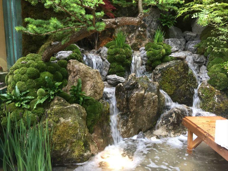 制作中の庭の小さな石組の滝