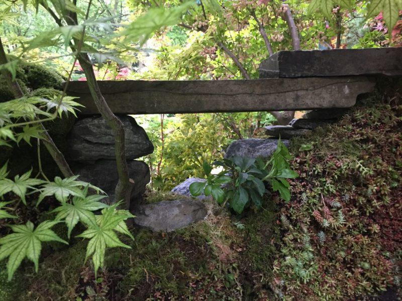 庭の壁にのぞき穴のような石造り