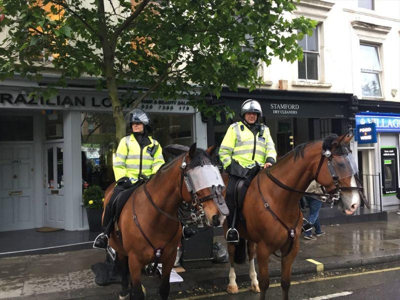 馬に乗ったイギリスの警察官