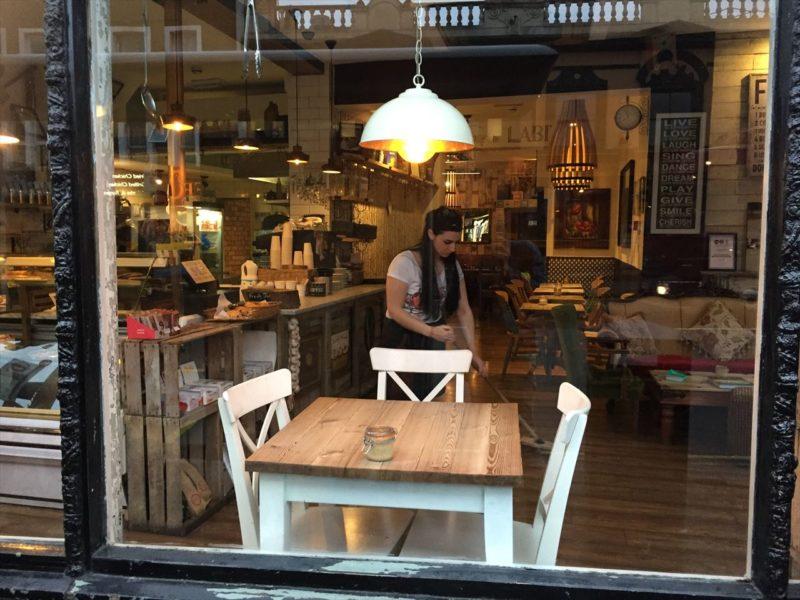 木製のテーブルとイスが並ぶオシャレな店内