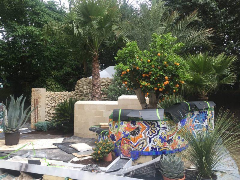 陶器タイルの壁とお庭