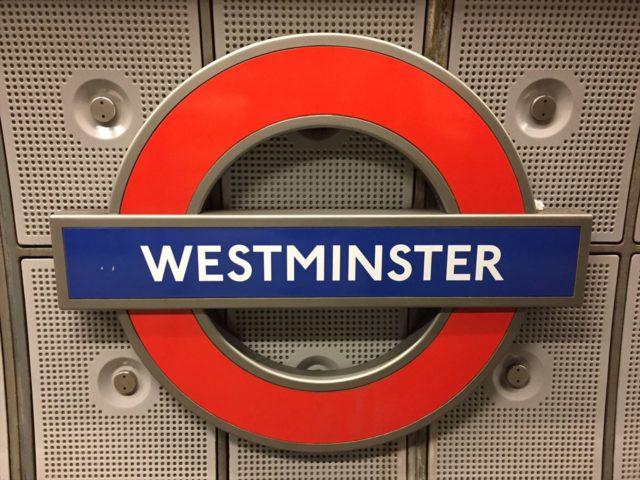 青の帯に白文字でWESTMINSTERと書かれたイギリス地下鉄案内板