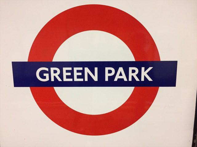 青の帯に白文字でGREENPARKと書かれたイギリスの地下鉄の案内板