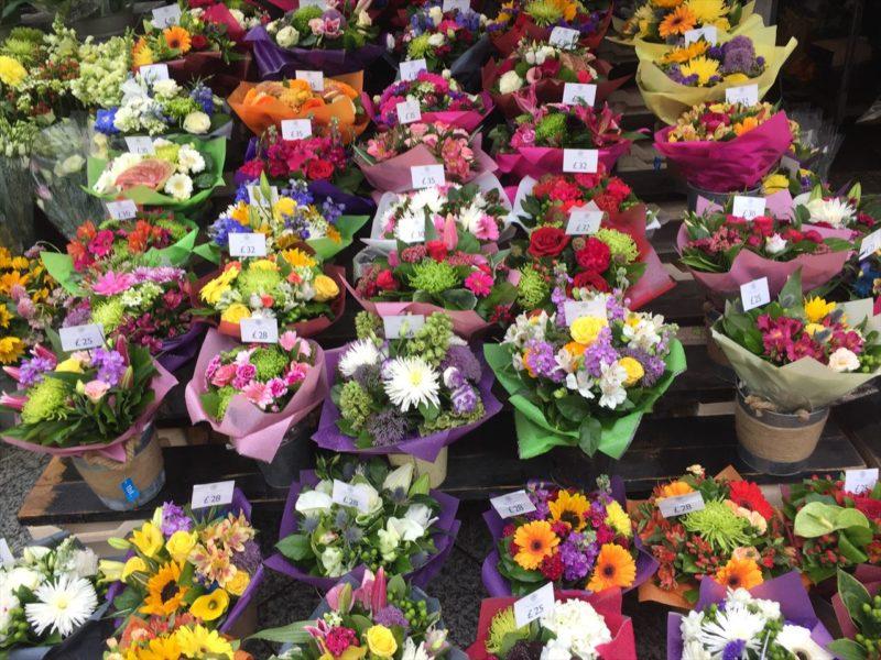 販売用の花束がたくさん並べられている