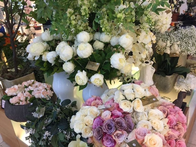 白、ピンクの切り花を中心に揃えられた花屋