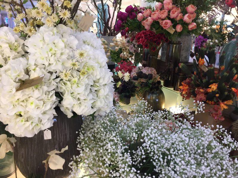 白いボリュームのある切り花を中心に展示された花屋