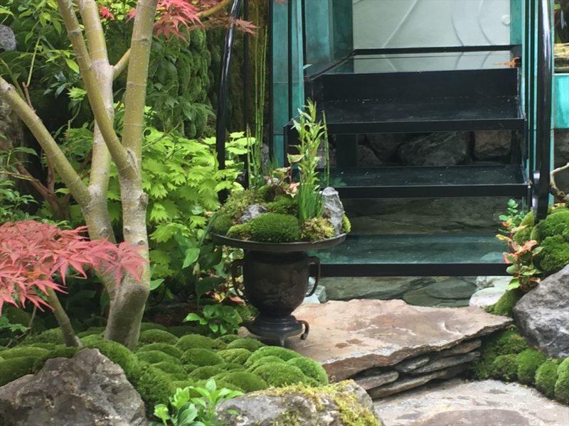 石組みの階段に置かれた和風の植栽がされた花器