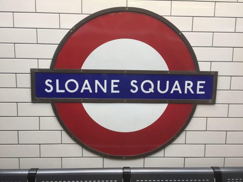 ローマ字でサーロンスウエアと書かれたイギリスの地下鉄案内板