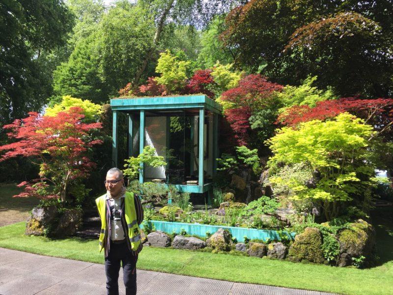 コンテストの庭の前のデザイナー