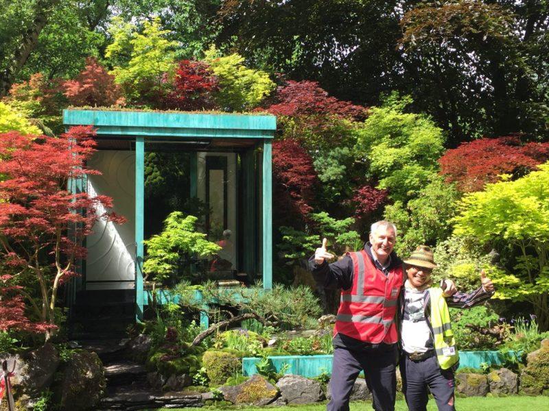 フェスティバルの庭の前で記念撮影する園芸家たち