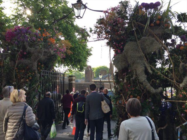 入り口の門に植栽の飾り
