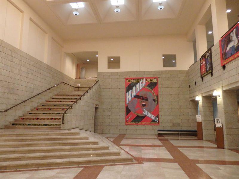 大理石の床と二階への階段の壁に版画展のポスター