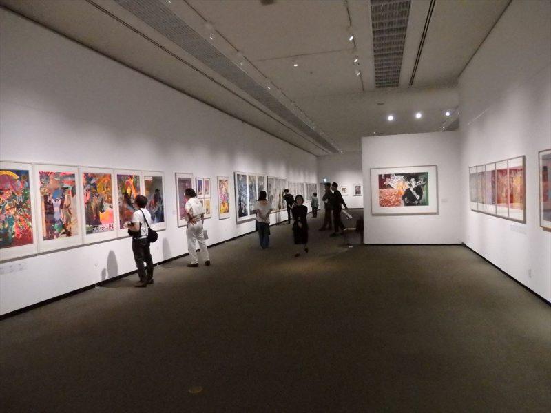 白を基調とした館内の壁に並べられているカラフルな版画