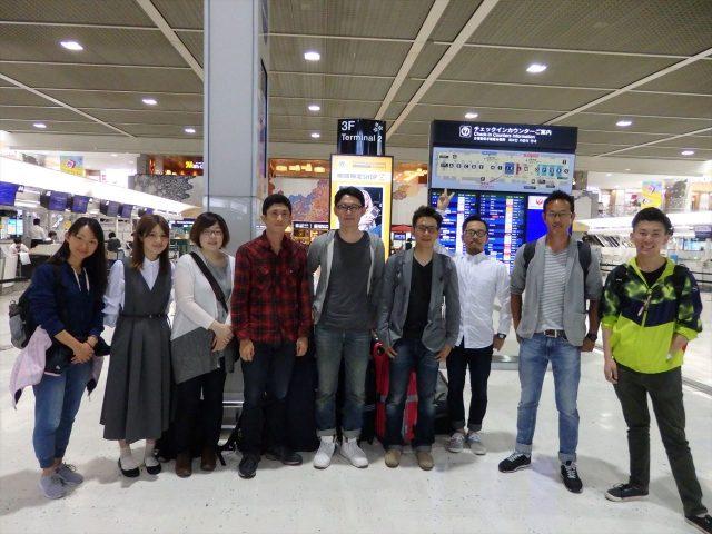 成田空港で左から女性三人、男性六人並んだ記念写真