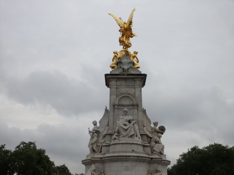 イギリスのバッキンガム宮殿の記念塔