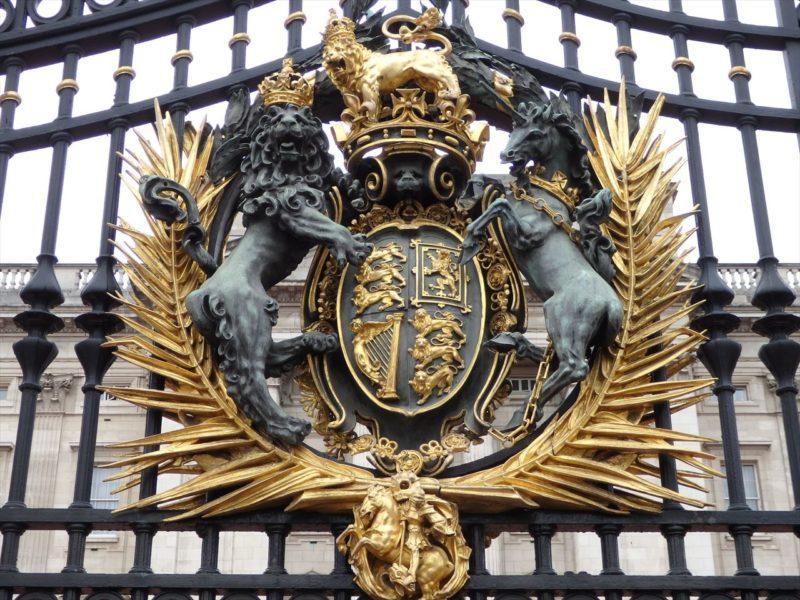 アイアンの扉につけられたライオンとユニコーンの紋章