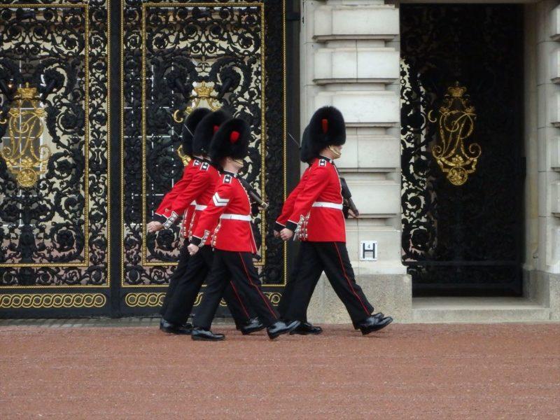 バッキンガム宮殿の護衛隊の交代式