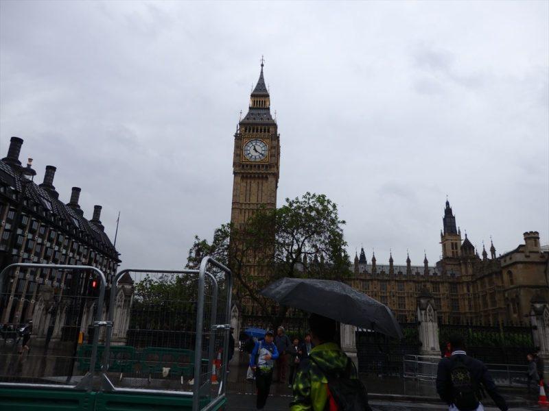 イギリスの石組みで出来た大きな時計台