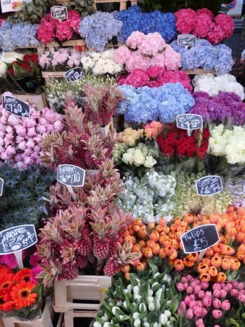色、種類が豊富な切り花が並ぶ店先