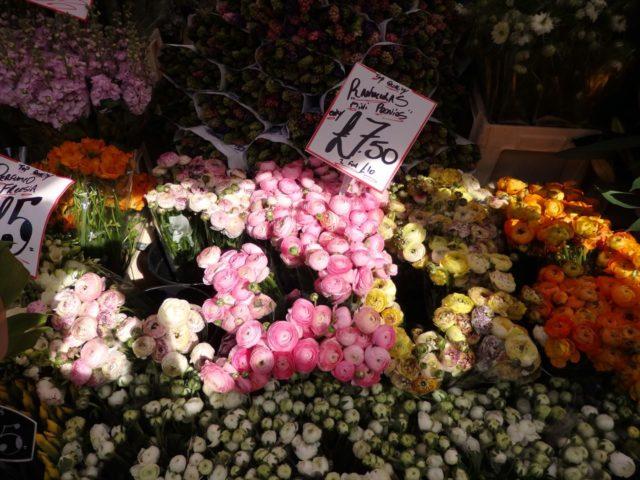ロンドンの花屋の店先に並ぶ花束達