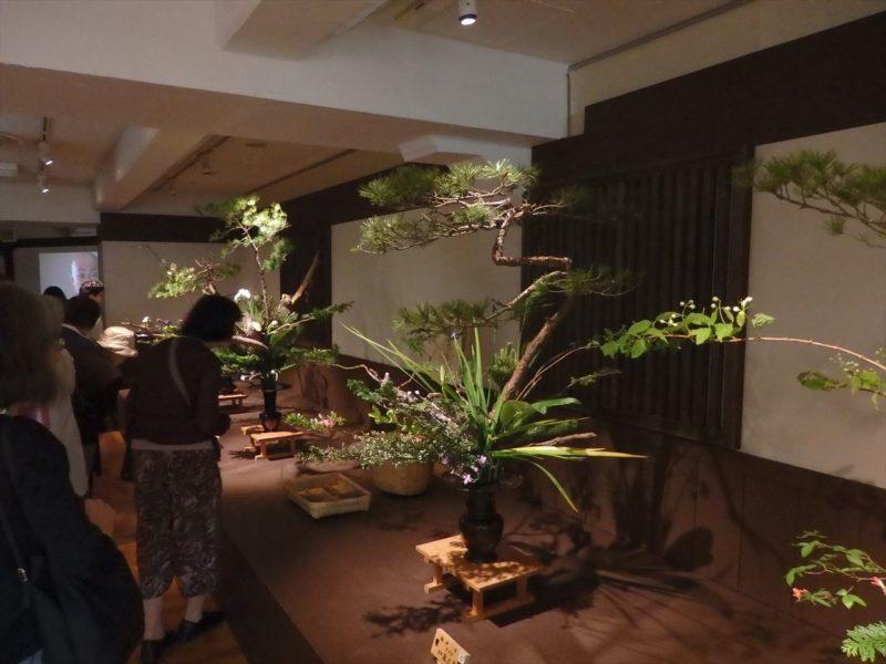 デパートのイベント会場に飾られている大型の生花の数々