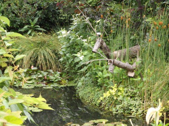 庭園にある鹿っぽいオブジェ