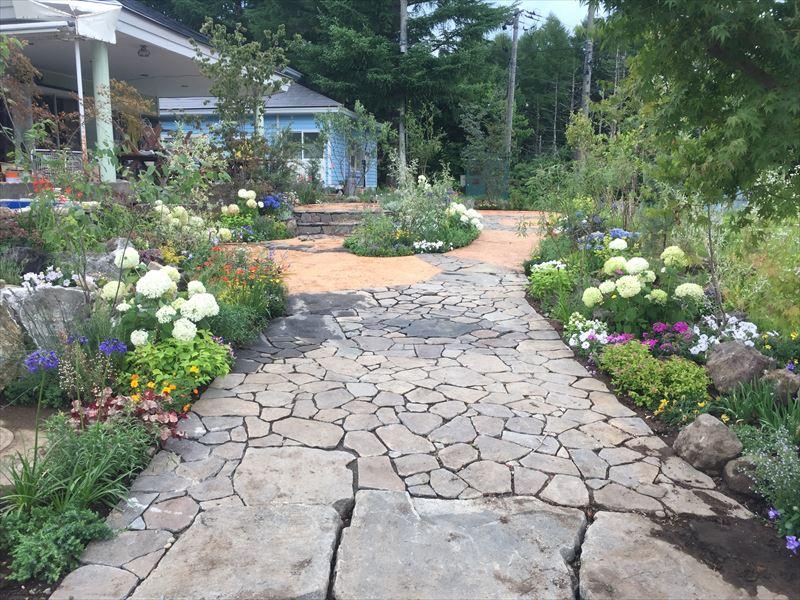 乱張りが素敵な庭