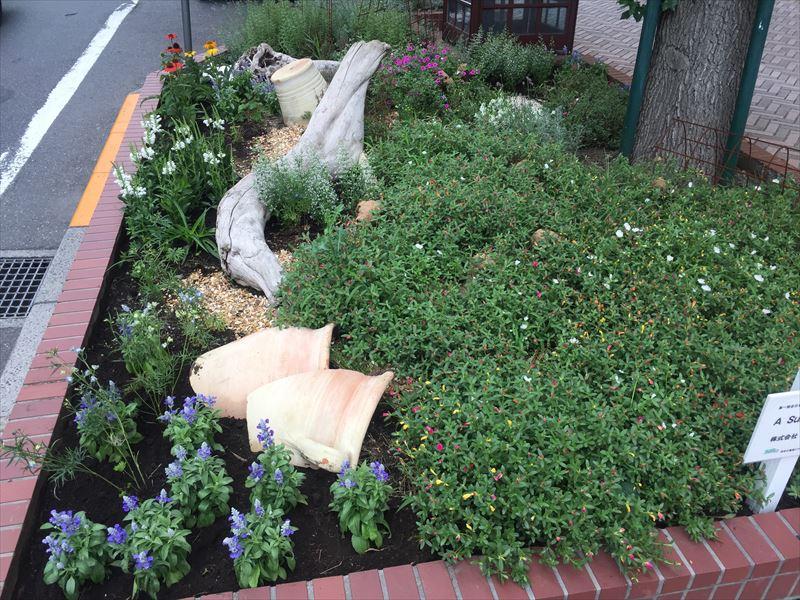季節の花を植栽した花壇