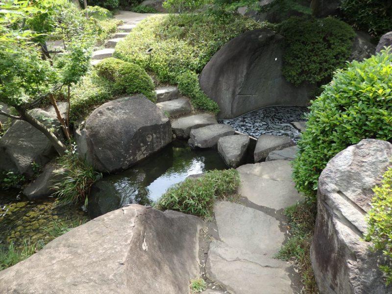 大きな石の飛び石