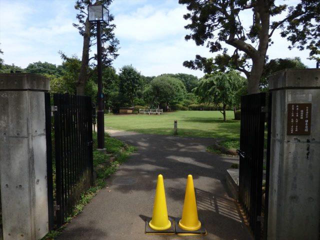 簡素な日本庭園等々力の入り口