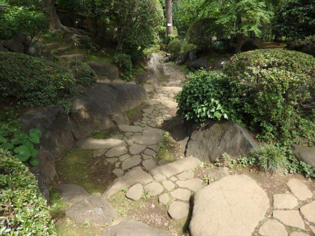 大きな石と小さな石の組み合わせの石組み