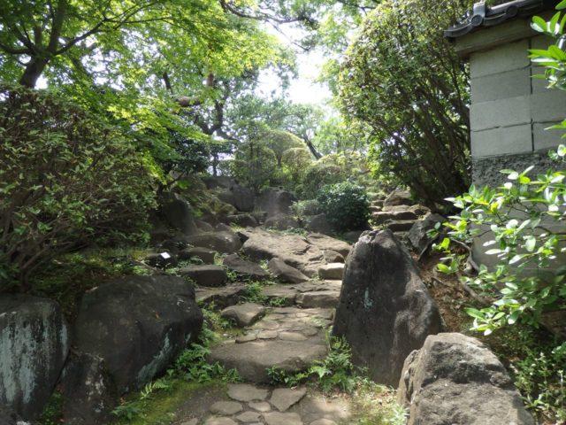 傾斜に作られた日本庭園