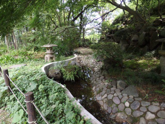 水路が整備されている庭園