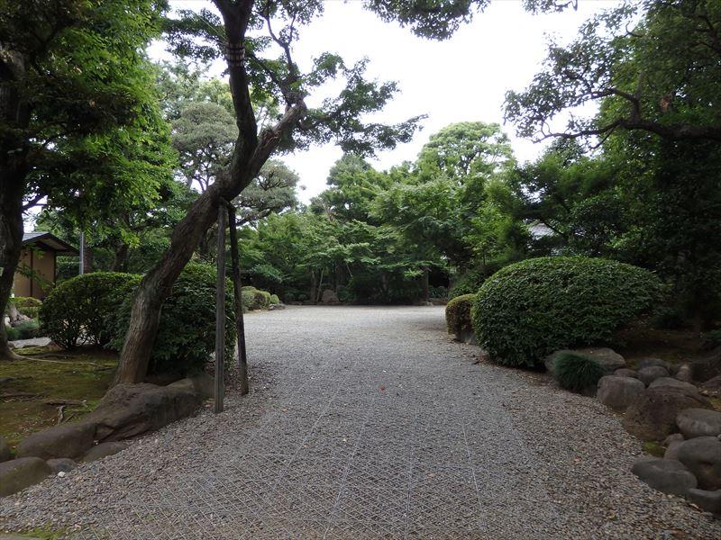 門を入ってすぐの前庭