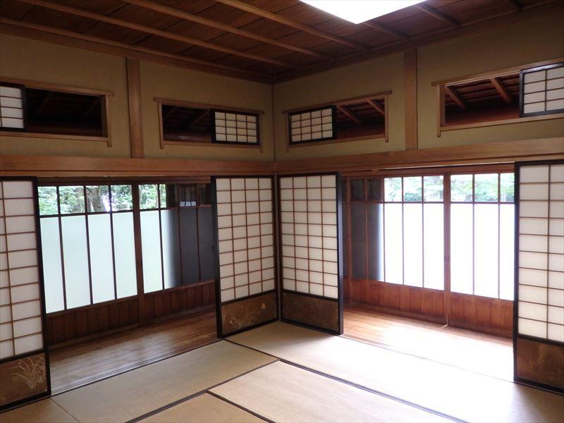 簡素なつくりの畳敷きの部屋