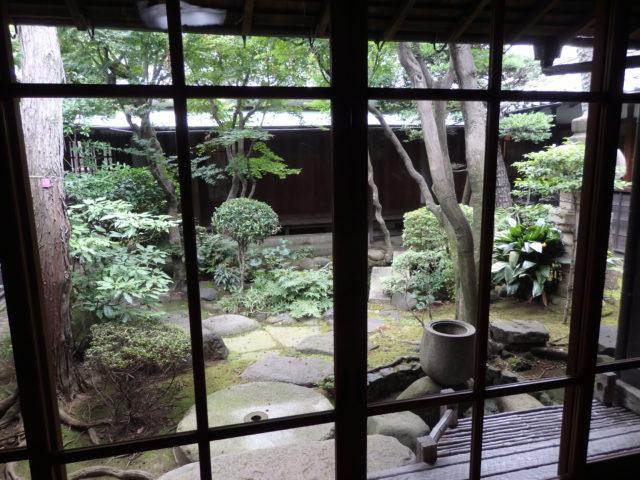 建物に取り囲まれる中庭