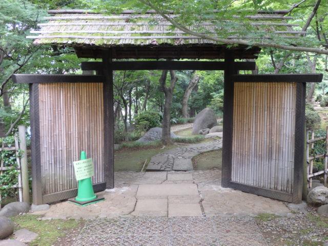簡素だが立派な庭へ続く門