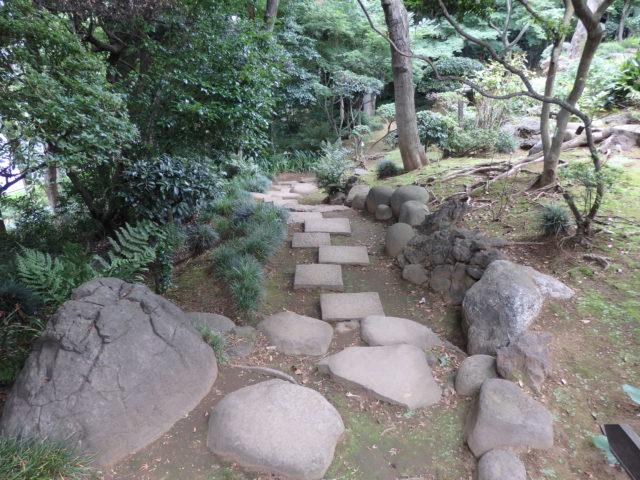 崖の下に降りていく庭園内の石段