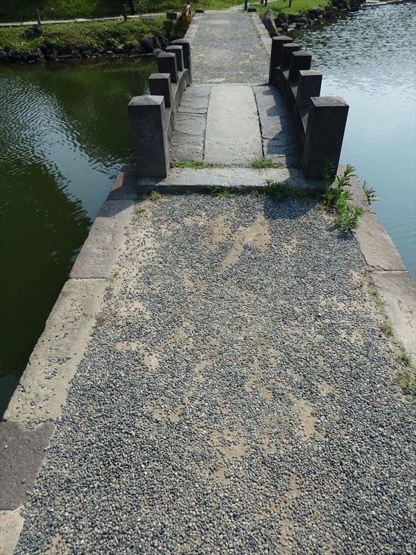西湖の堤を渡るところ